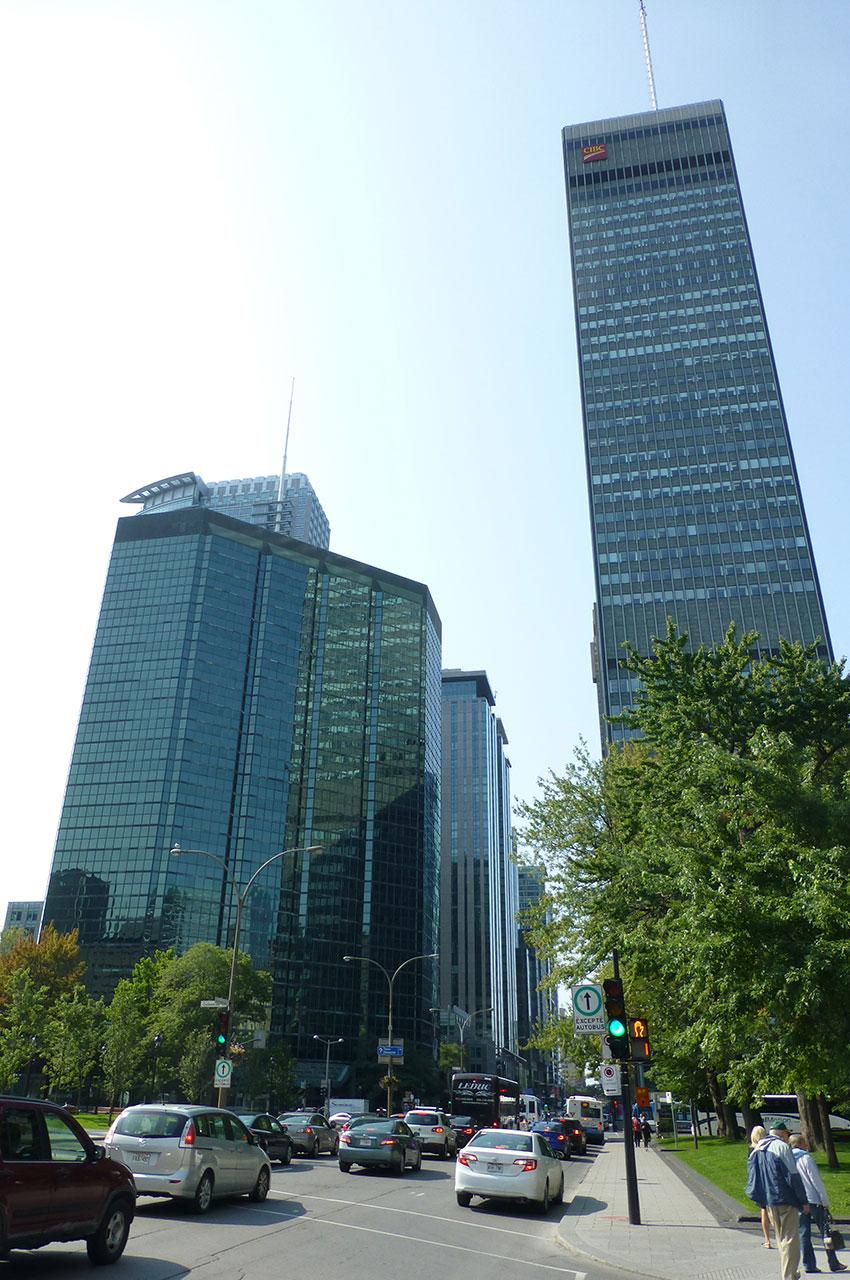 Les rues de Montréal dominées par d'imposants buildings