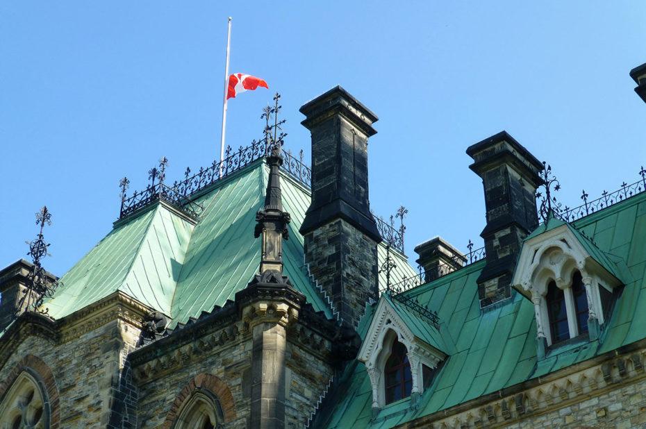 Drapeau canadien flottant sur les toits du Parlement
