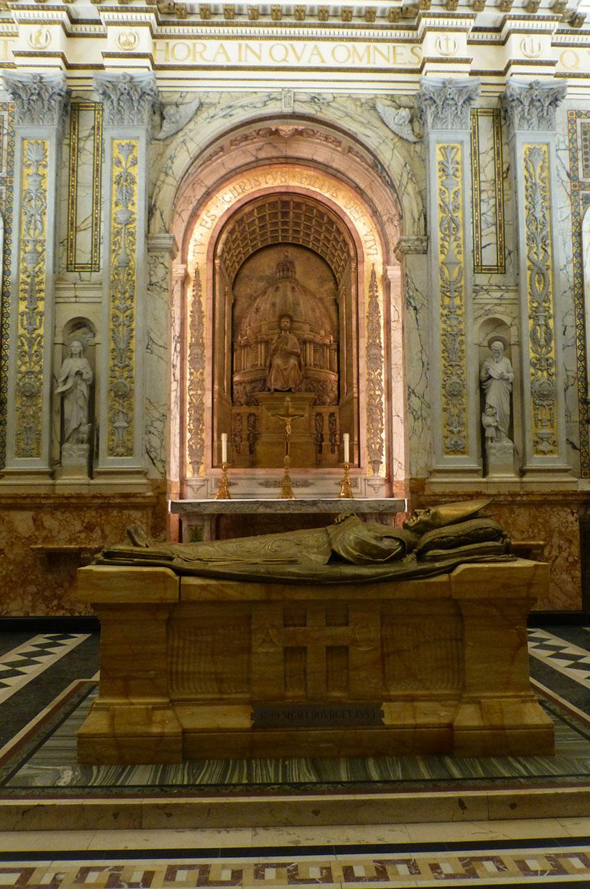 Le tombeau de Mgr Ignace Bourget, fondateur de la cathédrale