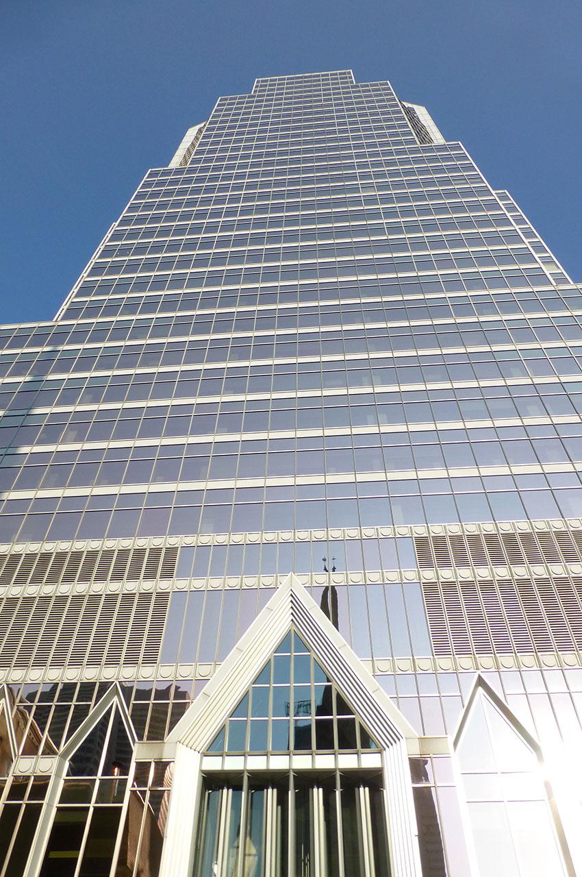 La tour KPMG, scintillante sous le soleil montréalais