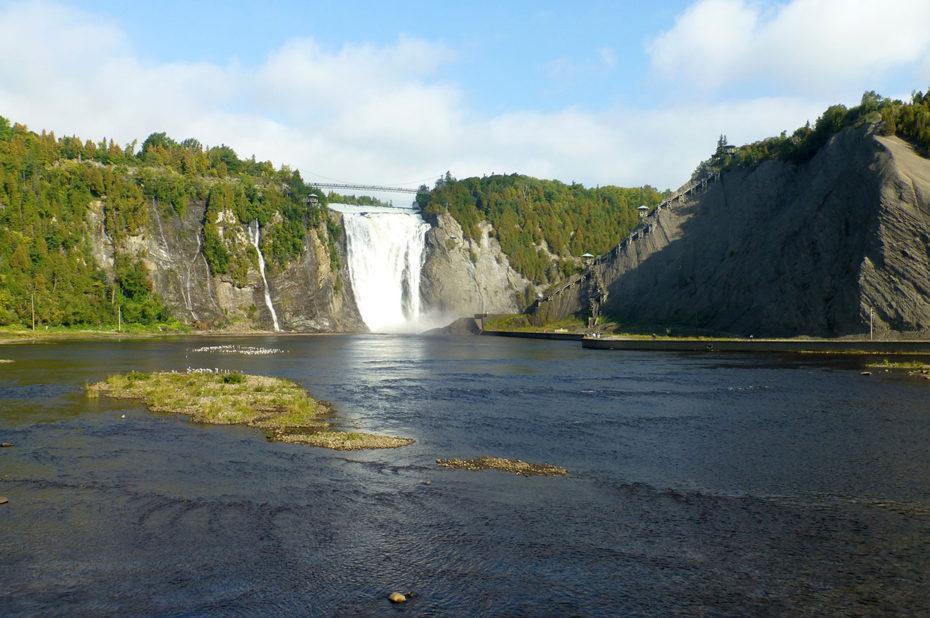 Les eaux de la chute Montmorency se jettent dans le Saint-Laurent
