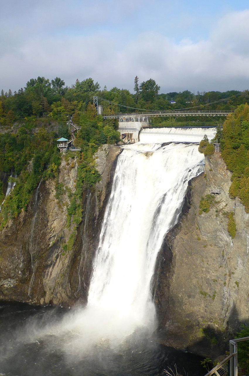 La hauteur de la chute d'eau provoque beaucoup d'écume