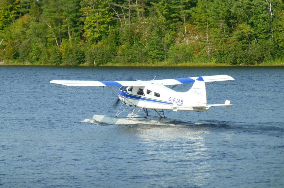 Un hydravion bleu et blanc au décollage