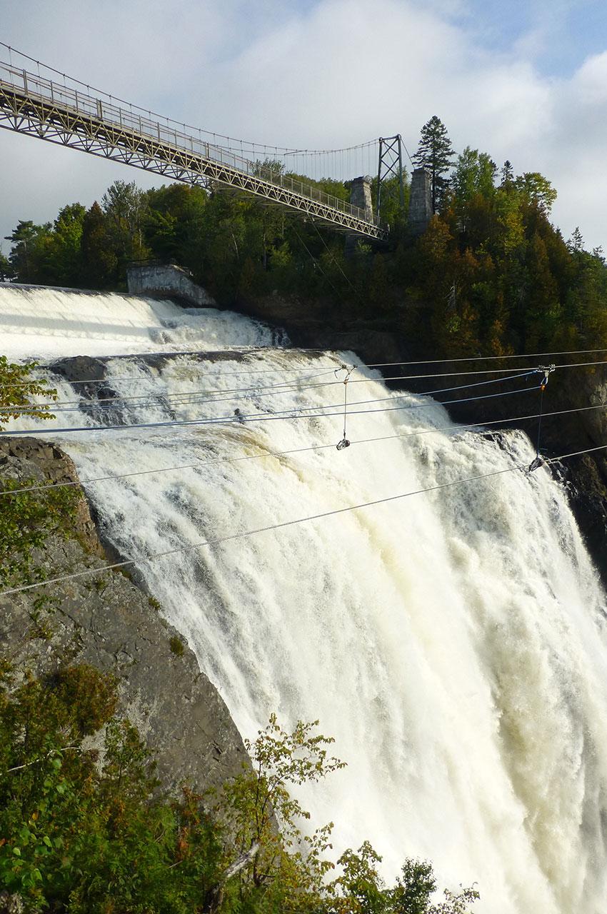 Le pont suspendu au-dessus de la chute est impressionnant