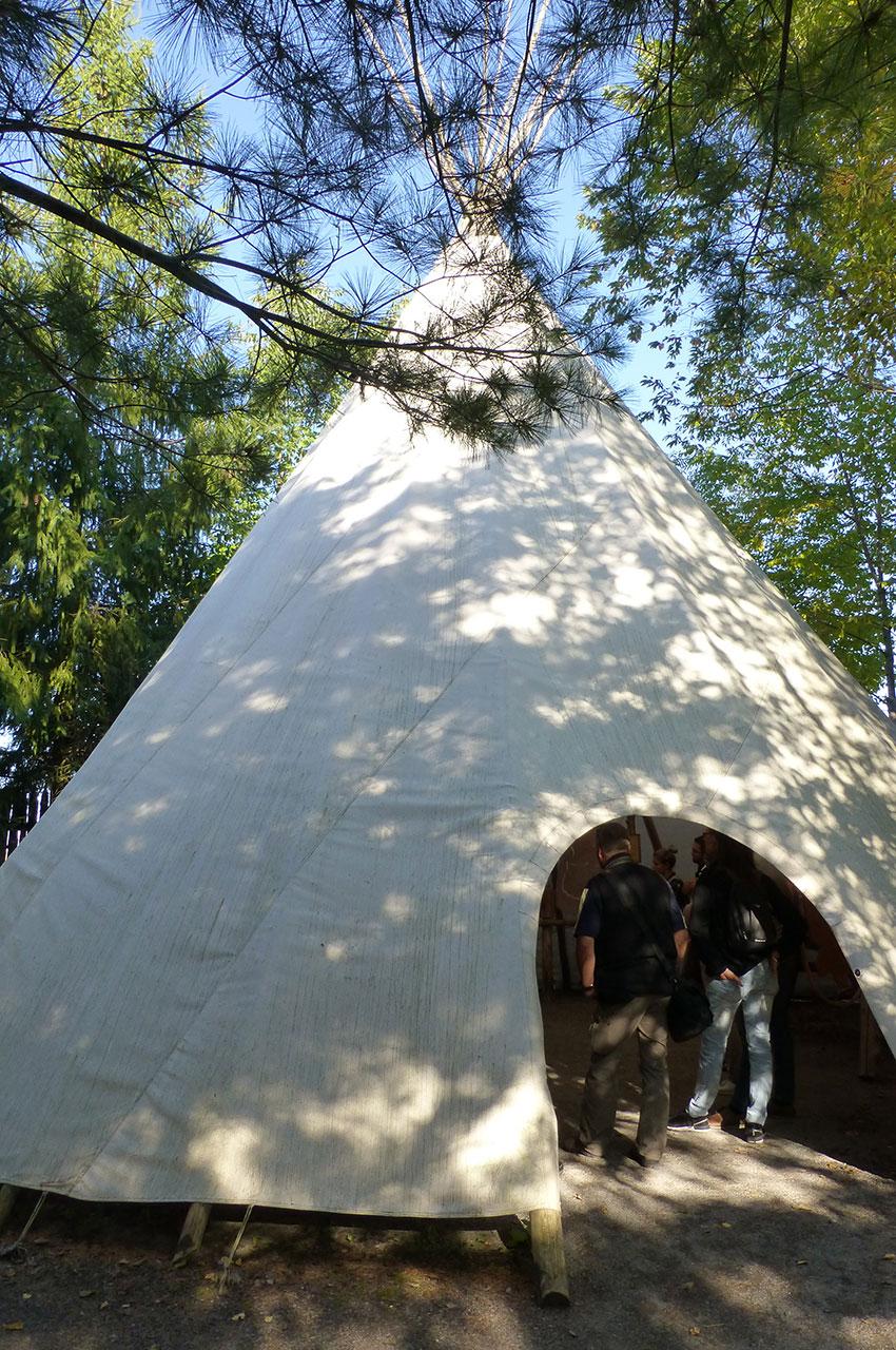 Le tee-pee géant fait près de 4 m de haut