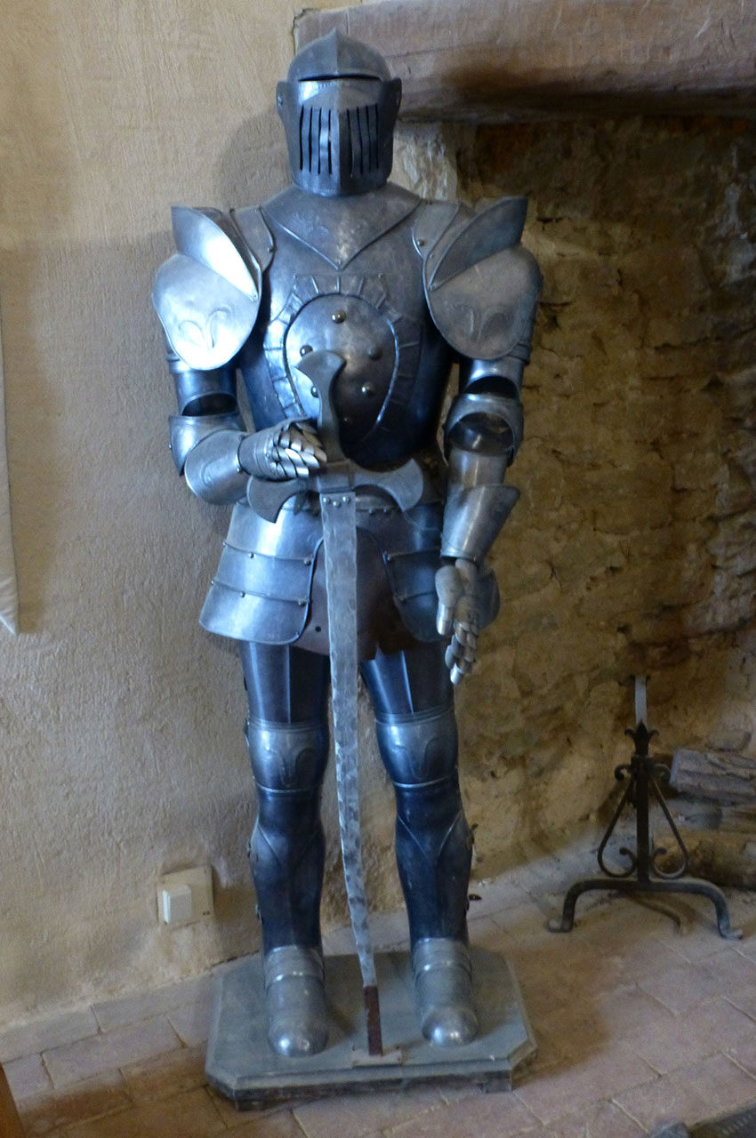 Armure en métal d'un chevalier