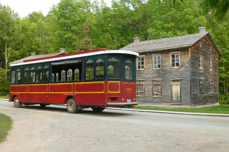 Bus amenant les touristes aux différents points d'intérêt du site