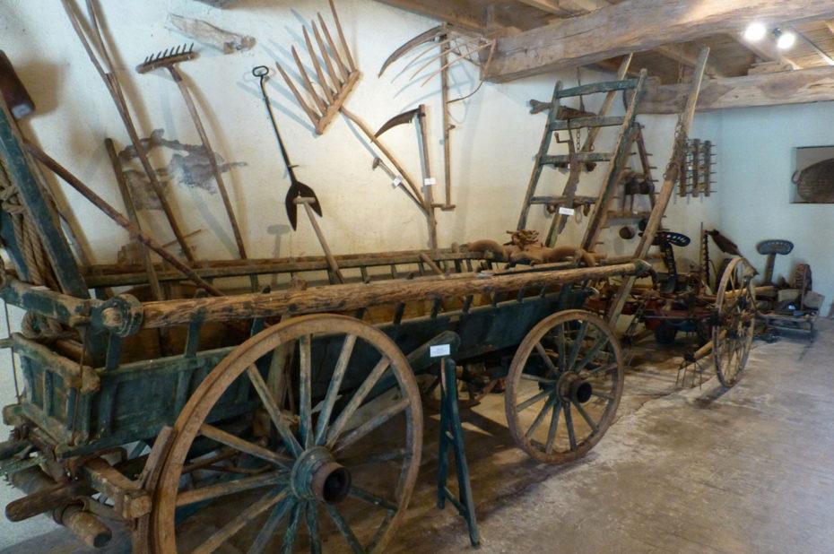 Charrette et anciens outils utilisés dans les champs