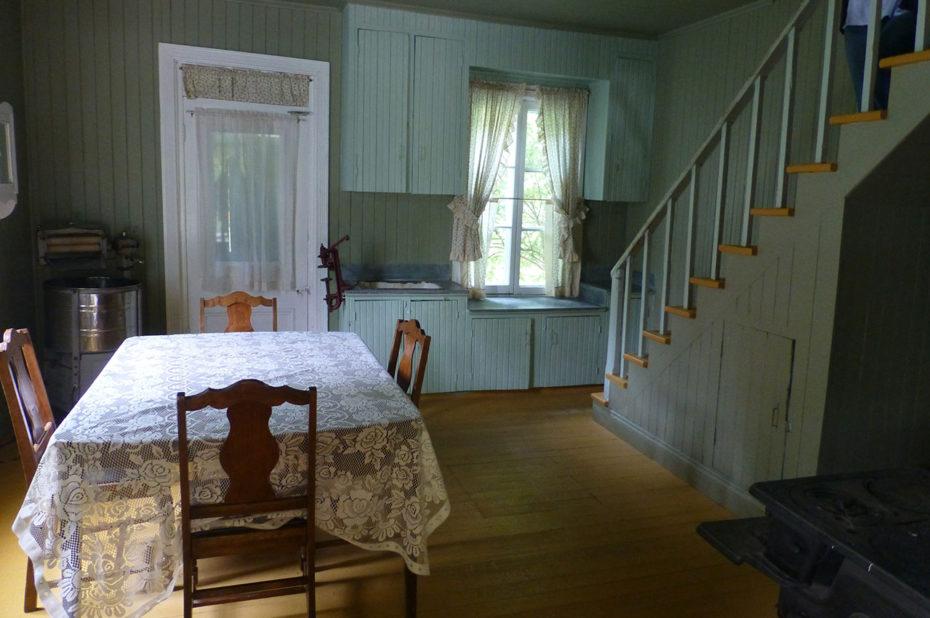 Dans la cuisine, avec l'escalier menant aux chambres à l'étage
