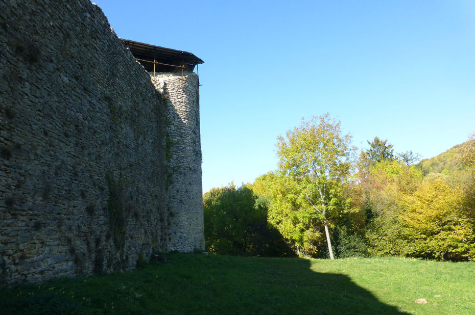 Depuis l'extérieur du château, des murs infranchissables