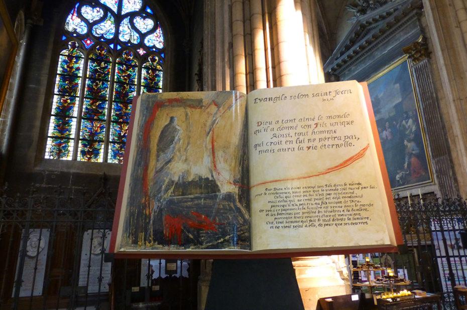 Immense livre représentant l'Évangile selon Saint-Jean