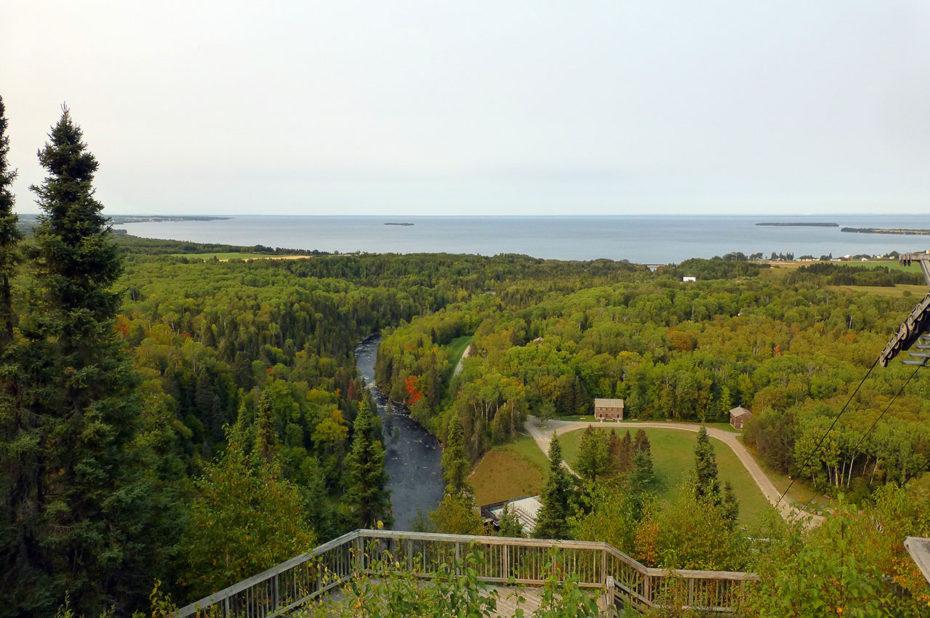 Le lac Saint-Jean et la forêt qui commence à se parer de ses couleurs d'automne