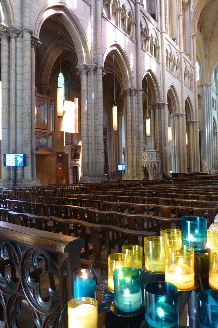 Des lumignons symboles de prières à l'entrée de la cathédrale