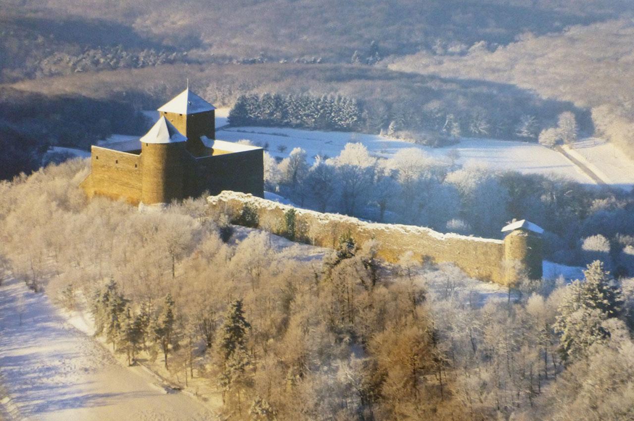 Peinture représentant le château des Allymes en hiver, sous la neige