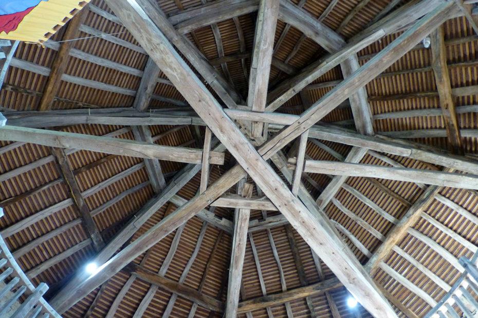 Plafond circulaire en bois de la salle d'armes