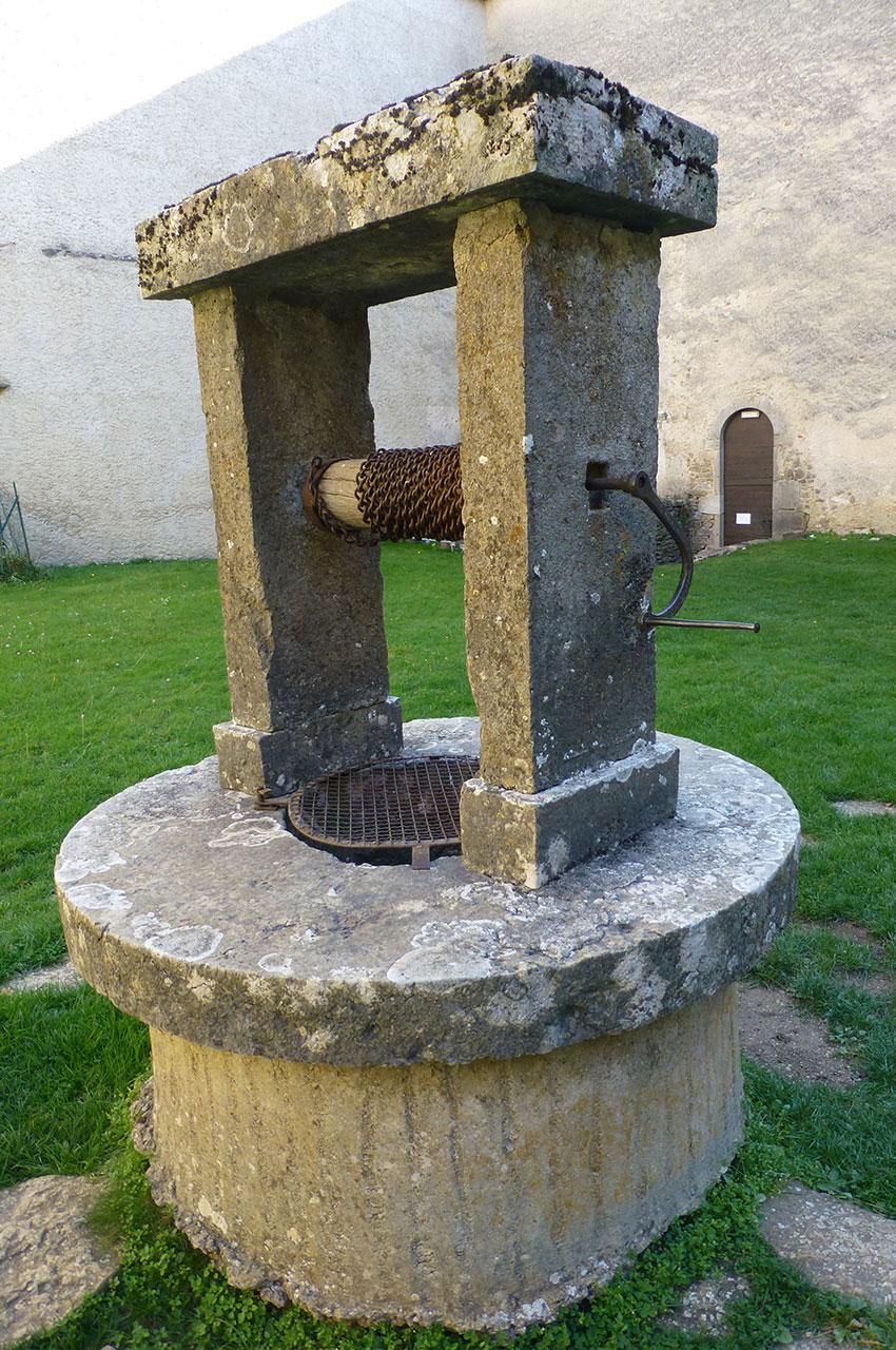 Le puits situé dans la cour