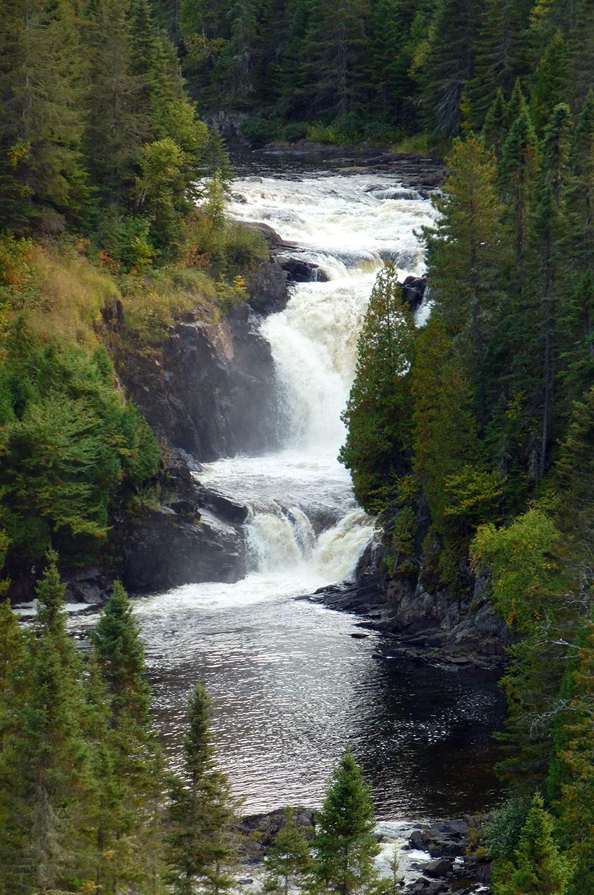 La rivière Ouiatchouan qui alimentait l'usine à pulpe