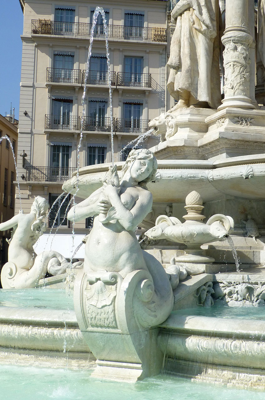 L'une des sirènes de la fontaine des Jacobins