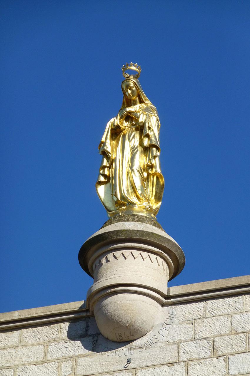 Statue dorée de l'Immaculée Conception