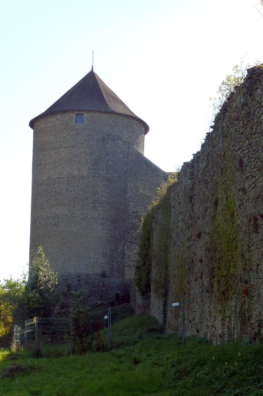 La tour massive, vue depuis l'extérieur