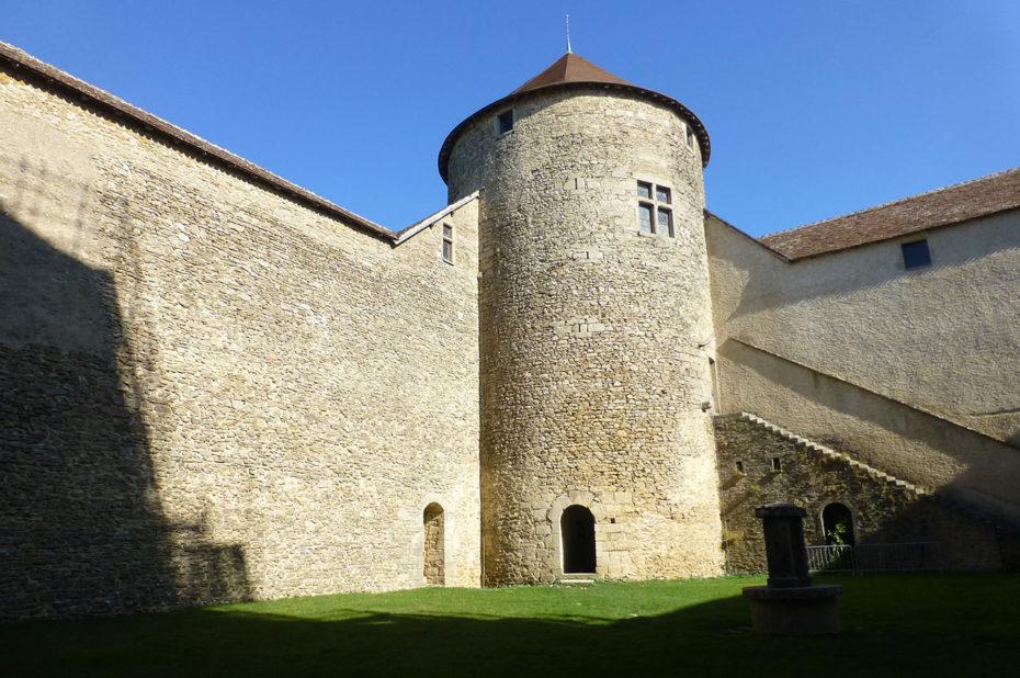 Dans la cour du château, la haute tour circulaire