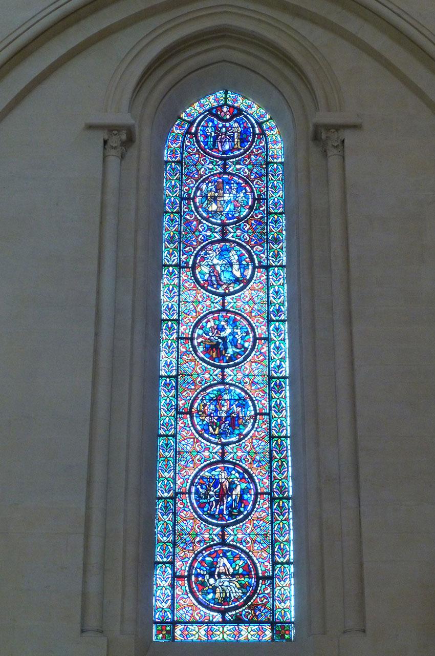 Un autre vitrail de la cathédrale, tout en hauteur