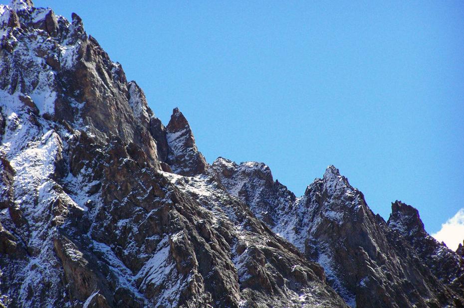 Montagne dentelée et saupoudrée de neige