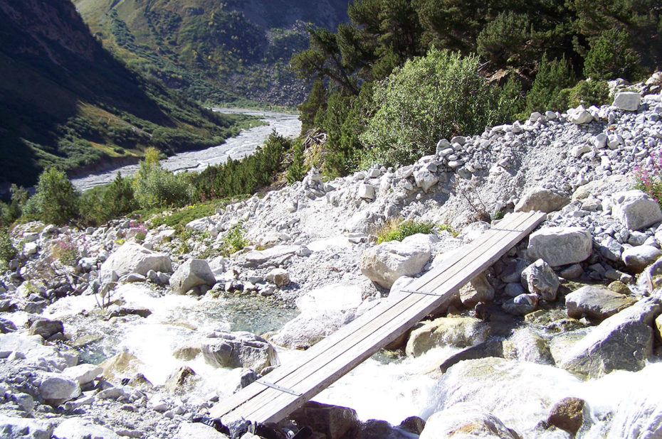 Petite passerelle de bois pour traverser le torrent