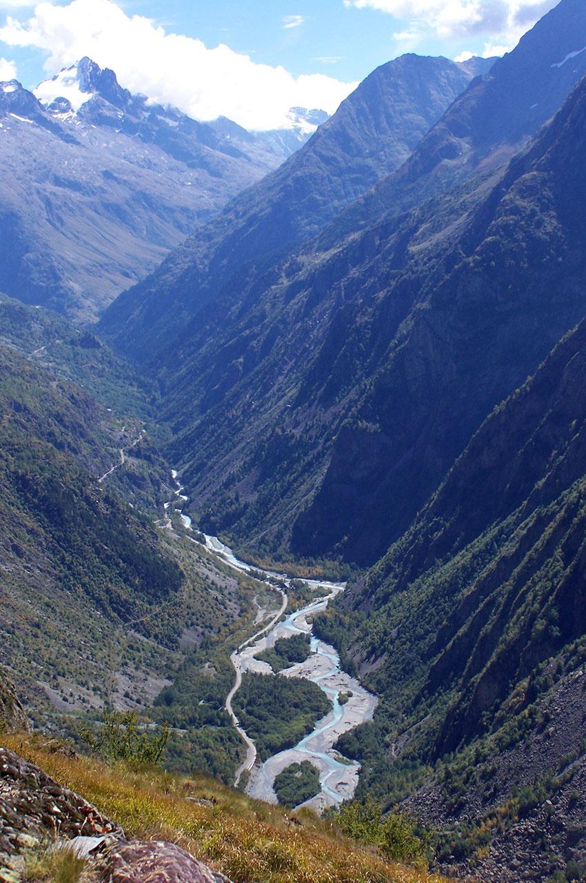 La rivière Vénéon qui serpente au fond de la vallée