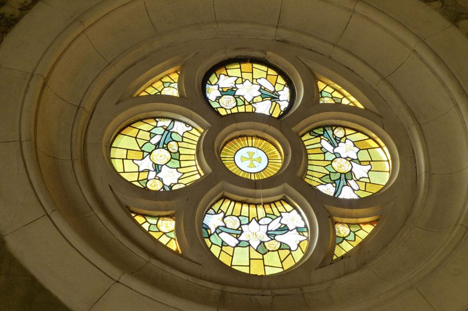 Rosace aux teintes jaunes dans la basilique d'Ars