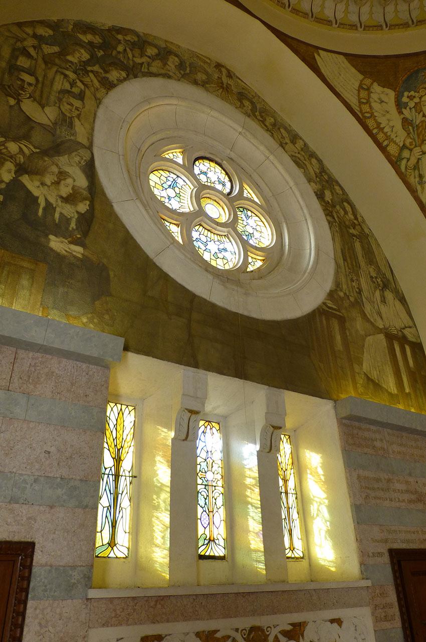 Rosace, vitraux et peintures dans la basilique
