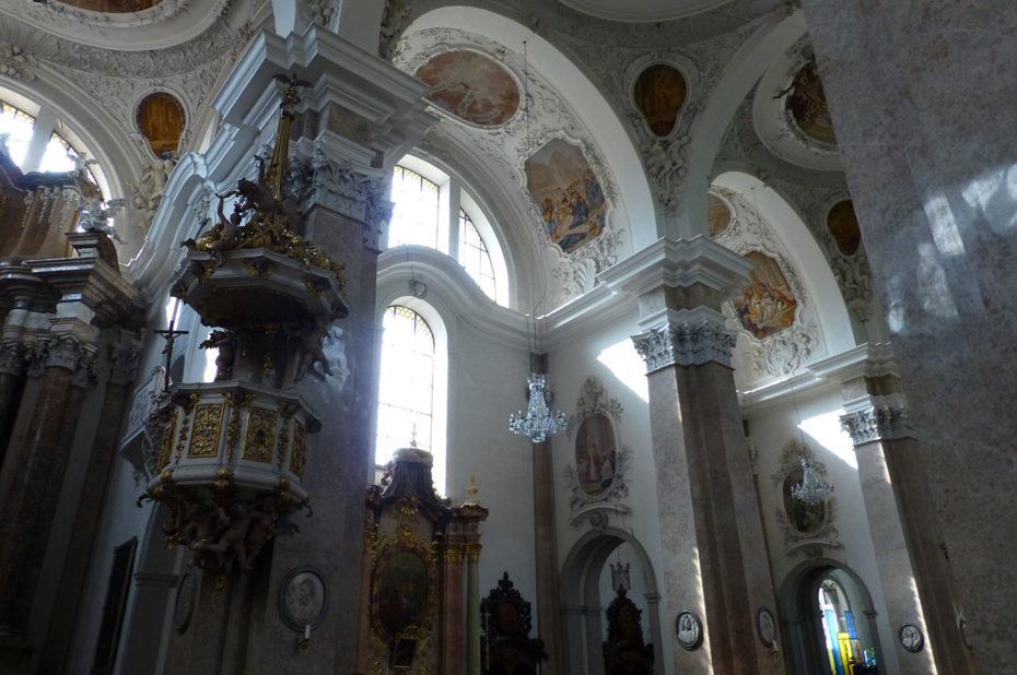 Des murs en marbre et des plafonds richement décorés