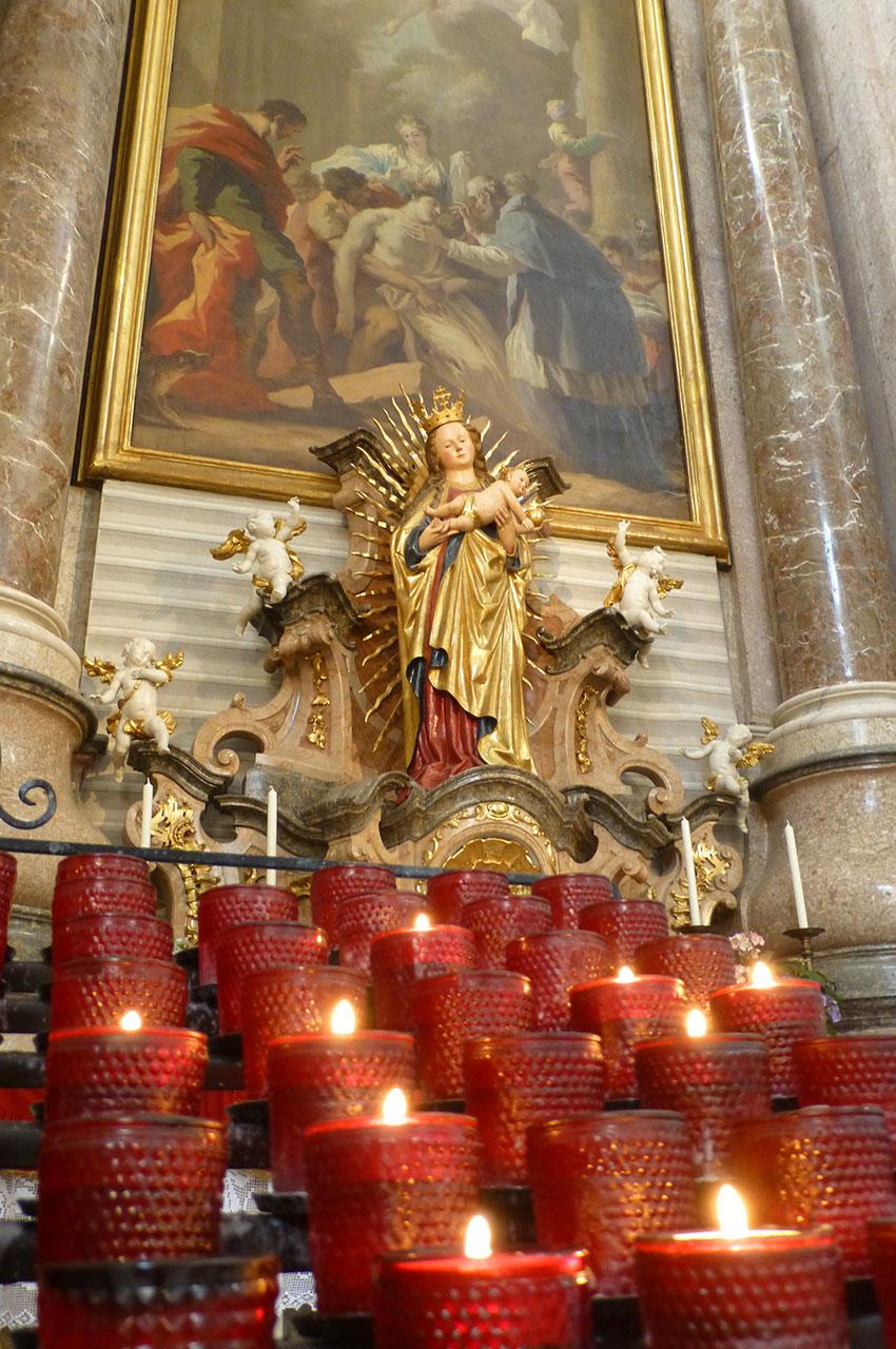 Bougies, offrande devant la statue de la Vierge