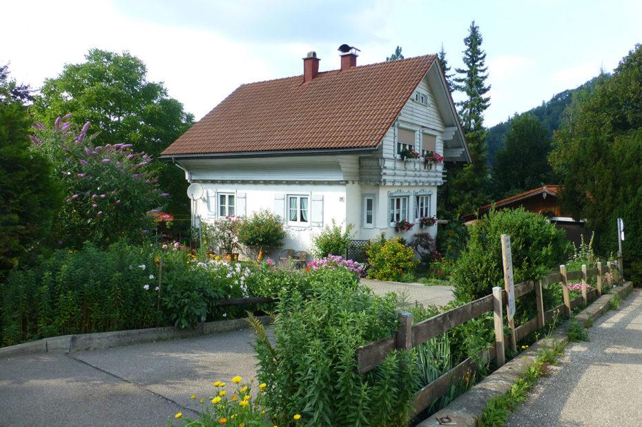 Jolie maison fleurie à Hergensweiler