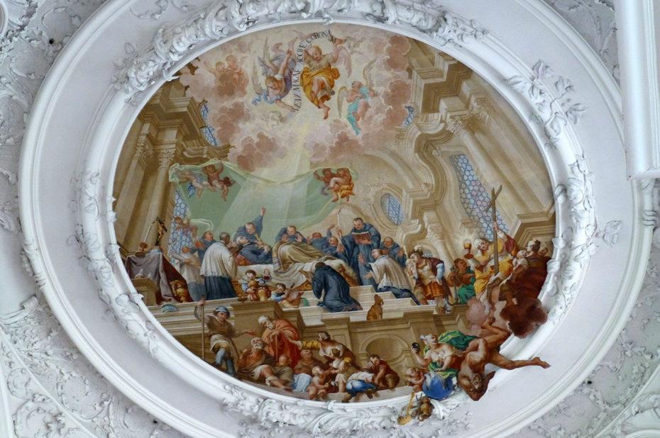 Peinture dont la scène en relief dépasse sur les moulures