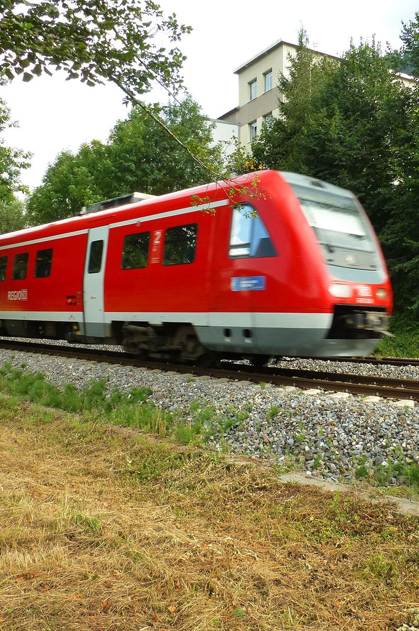 Petit train rouge de voyageurs à Hergensweiler