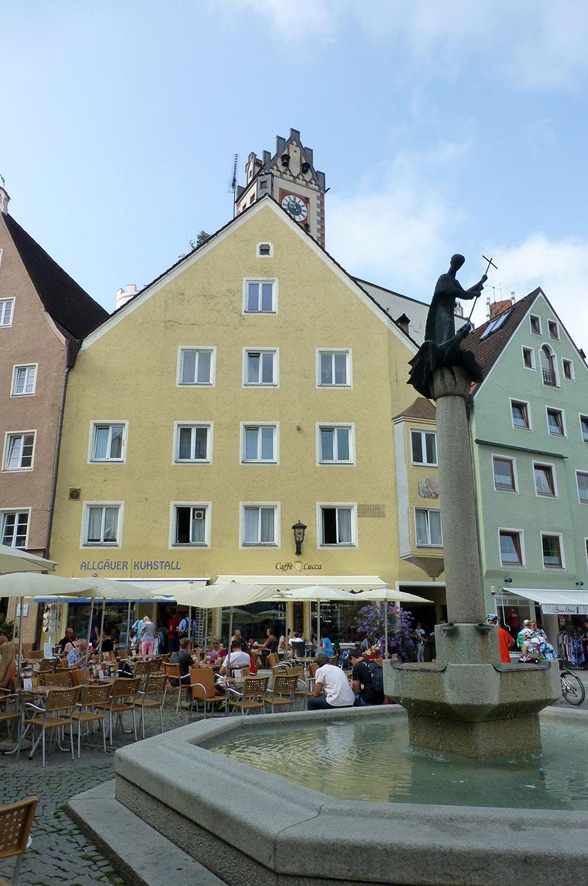 La place du village de Füssen, les gens attablés aux cafés