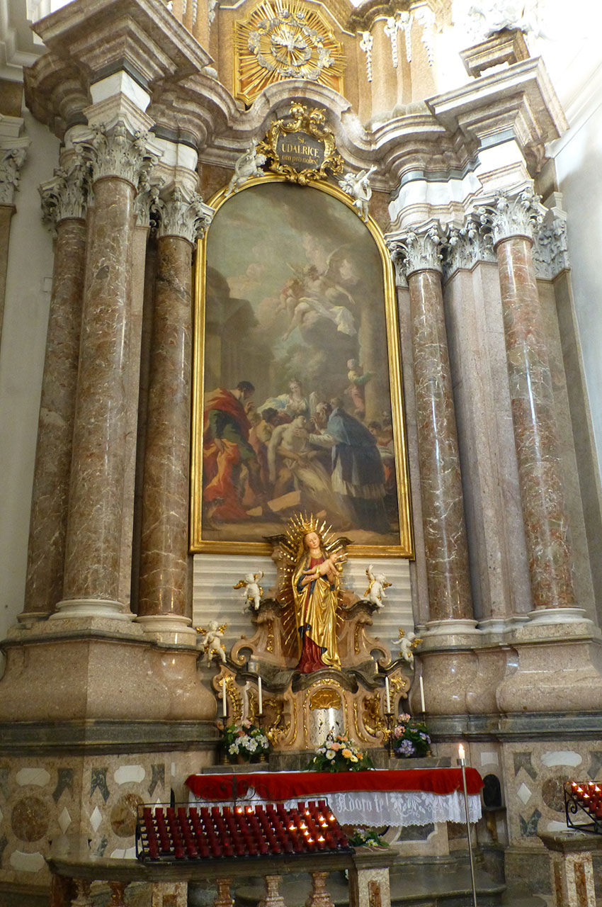 Statue de la Vierge à l'Enfant surmontée d'une peinture