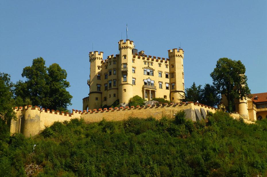 Le château de Hohenschwangau a les traits caractéristiques d'un château fort