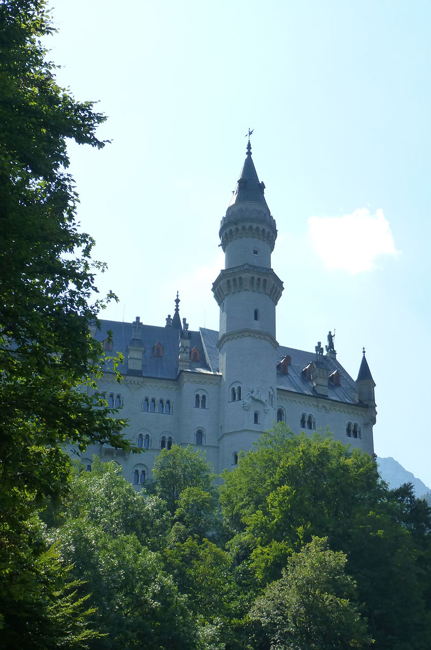 Le château de Neuschwanstein est entouré de montagnes