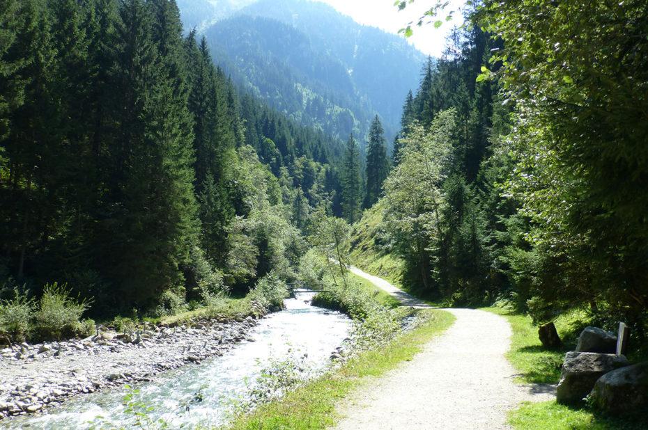 Le chemin de randonnée plat Smaragweg suit le ruisseau
