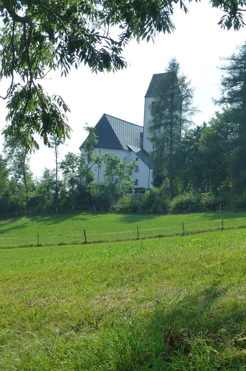 L'église d'Oy-Mittelberg cachée par les arbres