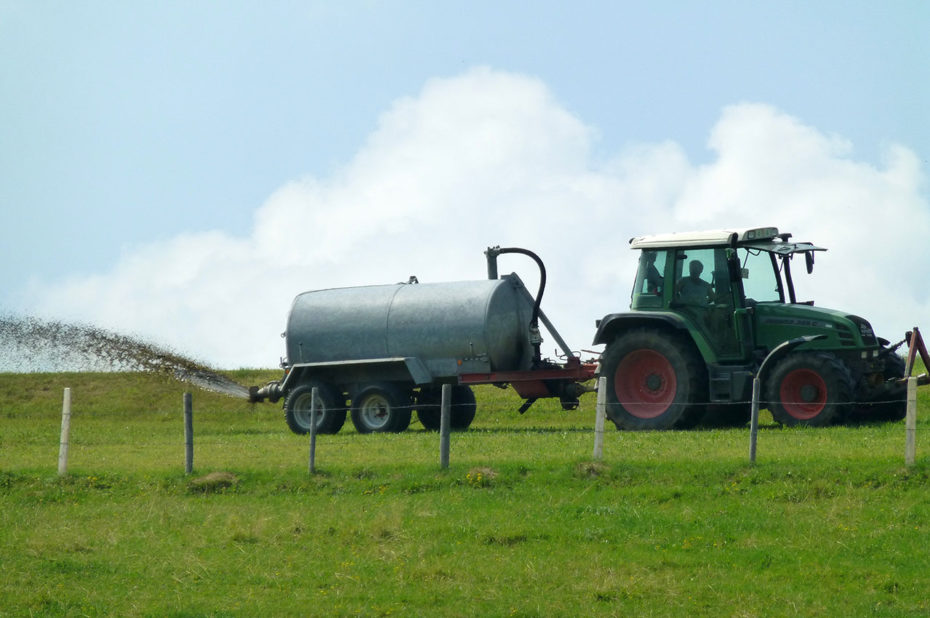 Épandage de fumier sur les champs par un tracteur