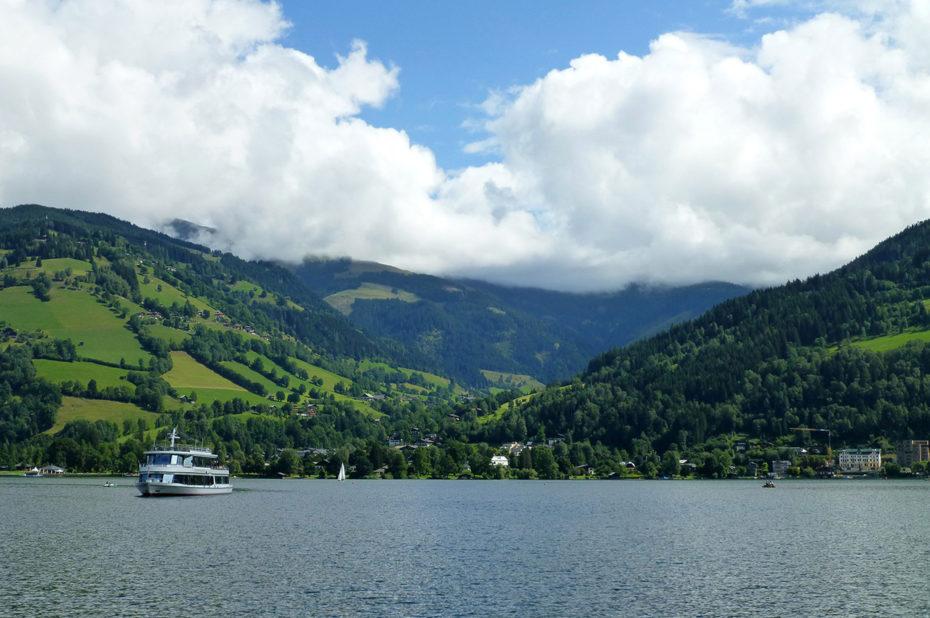 Un ferry traverse le lac Zeller See