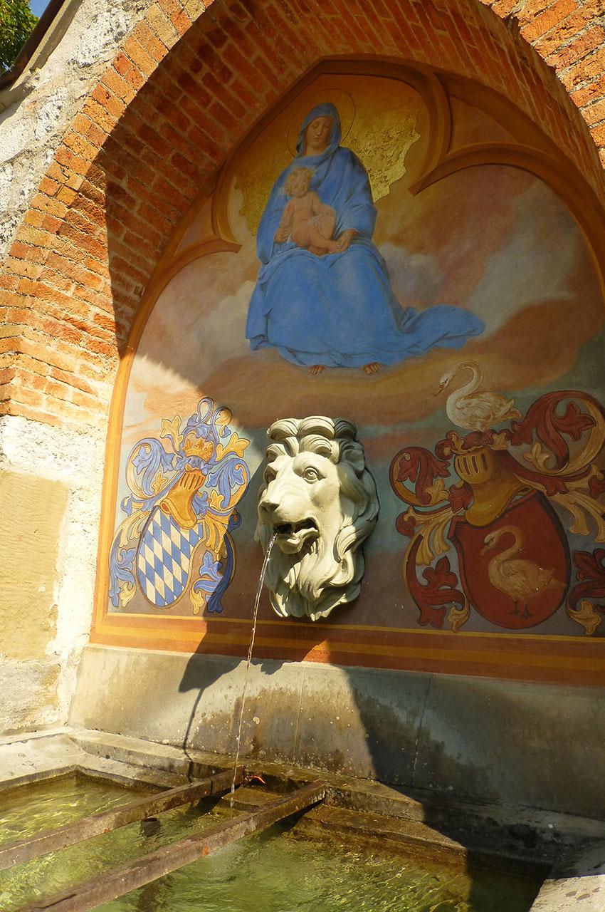 Fontaine dans la cour du château