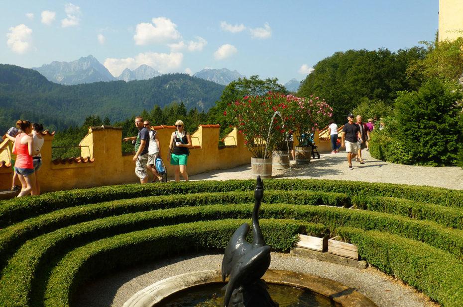 La fontaine du cygne dans le parc du château