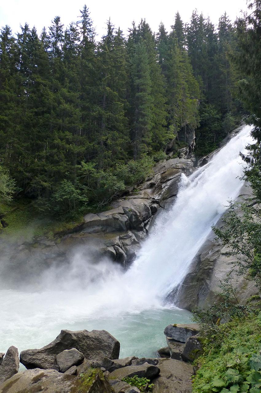 La force des chutes crée de l'écume dans de petits bassins