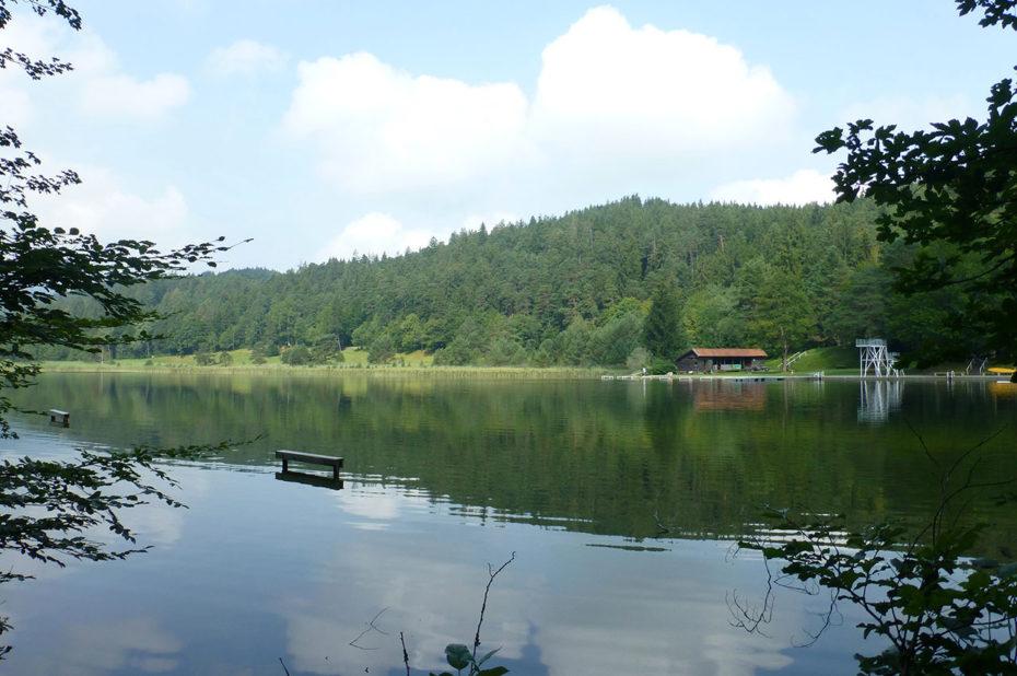 Un hangar à bateaux de l'autre côté du lac Weissensee