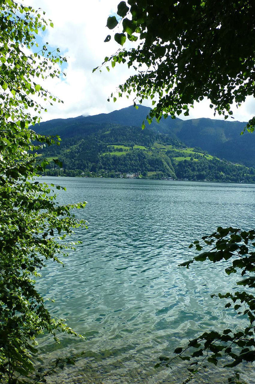 Le lac Zeller See est entouré de montagnes