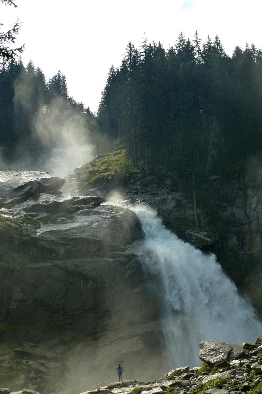 Petit face à l'immensité des chutes de Krimml
